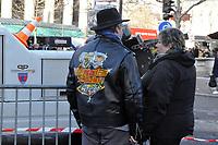 Ambiance pendant les funerailles de JOhnny HALLYDAY<br /> 9/12/2017<br /> Hommage populaire-fans<br /> passage du cerceuil<br /> Paris<br /> &copy;  STROMME/ DALLE