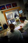 In het Academische Ziekenhuis Leiden wordt gewerkt met een MRI-scanner..© Ton Borsboom.steekwoorden: editorial, Nederland, gezondheidszorg, healthcare, ziekenhuis, ziekenhuizen, hospitaal, kliniek, clinic, hospital, patient, zorg, medische apparatuur, medische sector, geneeskunde, detail,  wachtlijst, techniek, werkdruk, ziektekosten, ziektekostenverzekering, zorgpolis, zorgverzekering, nood, detail, controle, arbeid, techniek, beeldscherm, staand