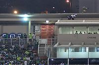 ATENÇÃO EDITOR: FOTO EMBARGADA PARA VEÍCULOS INTERNACIONAIS - SÃO PAULO, SP, 06 DE SETEMBRO DE 2012 - CAMPEONATO BRASILEIRO - PALMEIRAS x SPORT: Ambulantes entram com produtos para venda irregular pela marquise do Estádio do Pacaembu durante partida Palmeiras x Sport Recife, válida pela 22ª rodada do Campeonato Brasileiro no Estádio do Pacaembú. FOTO: LEVI BIANCO - BRAZIL PHOTO PRESS