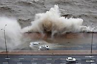 Nicolas Celaya/ URUGUAY/ MONTEVIDEO/ RAMBLA SUR<br /> En la foto, Olas rompen debido a un ciclon extra tropical frente a la Rambla Sur. Nicol&aacute;s Celaya /adhocFOTOS<br /> 2016 - 27 de octubre - jueves