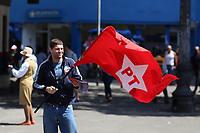 SÃO PAULO, SP, 08.09.2018 - ELEIÇÕES 2018 - Militante do Partido dos Trabalhadores é visto entregando santinhos na República, região central de São Paulo, neste sábado, 08. (Foto: Yuri Alexandre/Brazil Photo Press)