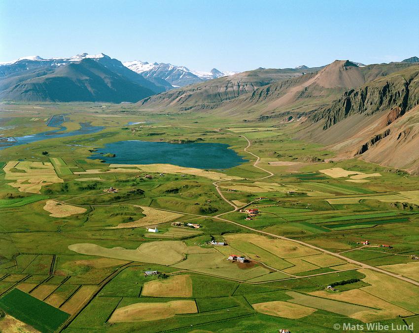 Suðurhóll, Brekkubær, Bjarnanes, Miðsker og Ás séð til norðurs. Þveit í bakgrunni, Hornafjörður áður Nesjahreppur / Sudurholl, Brekkubaer, Bjarnanes, Midsker and As viewing north towards lake Thveit, Hornafjordur former Nesjahreppur.