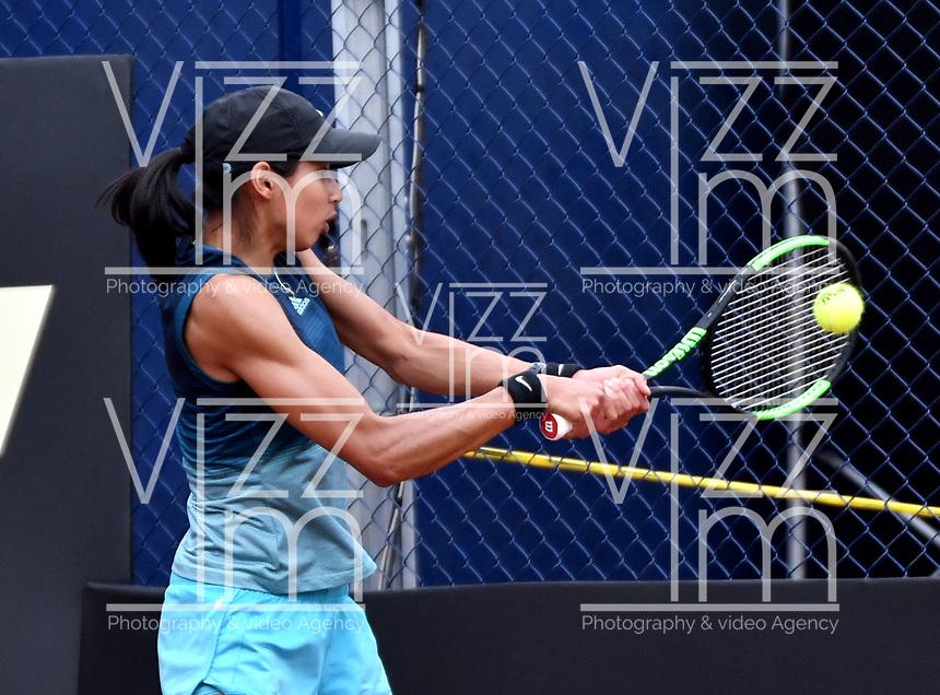 BOGOTÁ-COLOMBIA, 13-04-2019: Astra Sharma (AUS), devuelve la bola a Lara Arruabarrena (ESP), durante partido por la semifinal del Claro Colsanitas WTA, que se realiza en el Carmel Club en la ciudad de Bogotá. / Astra Sharma (AUS), returns the ball against Lara Arruabarrena (ESP), during a match for the semifinal of the WTA Claro Colsanitas, which takes place at Carmel Club in Bogota city. / Photo: VizzorImage / Luis Ramírez / Staff.