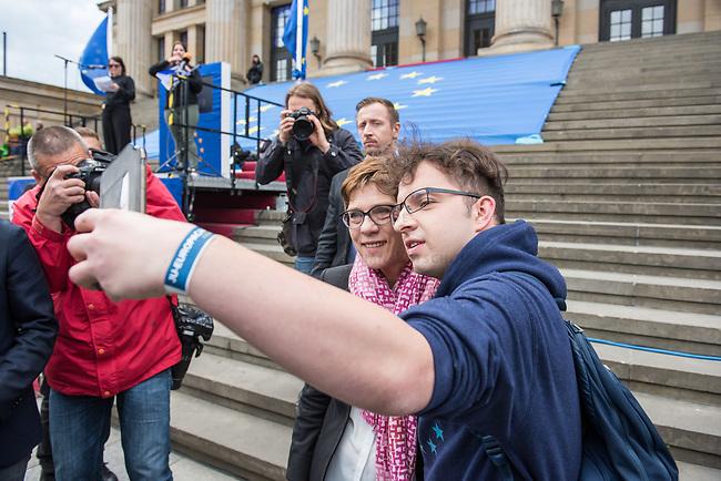 """#EuropaDemo von """"Pulse of Europe"""" am Sonntag den 5. Mai 2019 auf dem Berliner Gendarmenmarkt.<br /> Als Redenerin war u.a. Annegret Kramp-Karrenbauer, Bundesvorsitzende der CDU eingeladen.<br /> Im Bild: Ein Mitglied der CDU-Jugendorganisation """"Junge Union"""" (JU) macht ein Selfie mit Annegret Kramp-Karrenbauer.<br /> 5.5.2019, Berlin<br /> Copyright: Christian-Ditsch.de<br /> [Inhaltsveraendernde Manipulation des Fotos nur nach ausdruecklicher Genehmigung des Fotografen. Vereinbarungen ueber Abtretung von Persoenlichkeitsrechten/Model Release der abgebildeten Person/Personen liegen nicht vor. NO MODEL RELEASE! Nur fuer Redaktionelle Zwecke. Don't publish without copyright Christian-Ditsch.de, Veroeffentlichung nur mit Fotografennennung, sowie gegen Honorar, MwSt. und Beleg. Konto: I N G - D i B a, IBAN DE58500105175400192269, BIC INGDDEFFXXX, Kontakt: post@christian-ditsch.de<br /> Bei der Bearbeitung der Dateiinformationen darf die Urheberkennzeichnung in den EXIF- und  IPTC-Daten nicht entfernt werden, diese sind in digitalen Medien nach §95c UrhG rechtlich geschuetzt. Der Urhebervermerk wird gemaess §13 UrhG verlangt.]"""
