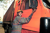 - African immigrant working as hauler....- immigrato africano lavora come autotrasportatore