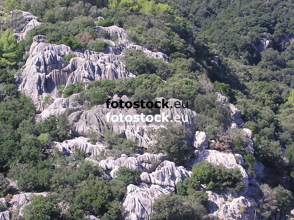 forest and rock formations in the Tramontana Mountains, Majorca<br /> <br /> formaciones de rocas en la Sierra de Tramontana (cat.: Serra de Tramuntana), Mallorca<br /> <br /> Wald und Felsfomationen im Tramuntana-Gebirge, Mallorca<br /> <br /> 2272 x 1704 px<br /> 150 dpi: 38,47 x 28,85 cm<br /> 300 dpi: 19,24 x 14,43 cm