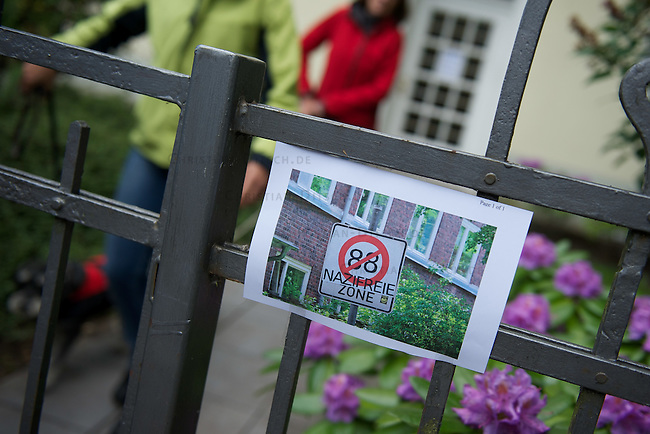 5-6000 Menschen protestierten am Samstag den 2. Juni 2012 im Hamburger Stadtteil Wandsbeck gegen einen Aufmarsch von Neonazis der sog. Freien Kameradschaften und Autonomen Nationalisten.<br /> Die geplante Demonstrationsroute der Neonazis wurde durch Sitzblockaden und Barrikaden blockiert. An mehreren Stellen wurden Muelltonnen in Brand gesetzt. Die Polizei ging mit Wasserwerfern, Schlagstoecken und CS-Gas/Pfefferspray gegen die Demonstranten vor.<br /> Nach mehreren Stunden Verspa?tung wurden die Neonazis auf einer geaenderten Route durch den Stadtteil gefuehrt. Gegendemonstranten wurden mit massivem Polizeieinsatz von Route entfernt. Dabei kam es zu etlichen Verletzten.<br /> Im Bild: Anwohnerprotest an der Demonstrationsroute.<br /> 2.6.2012, Hamburg<br /> Copyright: Christian-Ditsch.de<br /> [Inhaltsveraendernde Manipulation des Fotos nur nach ausdruecklicher Genehmigung des Fotografen. Vereinbarungen ueber Abtretung von Persoenlichkeitsrechten/Model Release der abgebildeten Person/Personen liegen nicht vor. NO MODEL RELEASE! Nur fuer Redaktionelle Zwecke. Don't publish without copyright Christian-Ditsch.de, Veroeffentlichung nur mit Fotografennennung, sowie gegen Honorar, MwSt. und Beleg. Konto: I N G - D i B a, IBAN DE58500105175400192269, BIC INGDDEFFXXX, Kontakt: post@christian-ditsch.de<br /> Bei der Bearbeitung der Dateiinformationen darf die Urheberkennzeichnung in den EXIF- und  IPTC-Daten nicht entfernt werden, diese sind in digitalen Medien nach &sect;95c UrhG rechtlich geschuetzt. Der Urhebervermerk wird gemaess &sect;13 UrhG verlangt.]