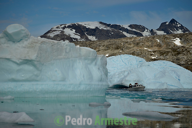 Icebergs en el fiordo de Sermelik cerca de Tiniteqilaq. La expedición de Greenpeace en el Artico evidencia el impacto del cambio climatico en Groenlandia. Alejandro Sanz acompaña a la expedición. 17 Julio 2013. © Greenpeace/Pedro ARMESTRE