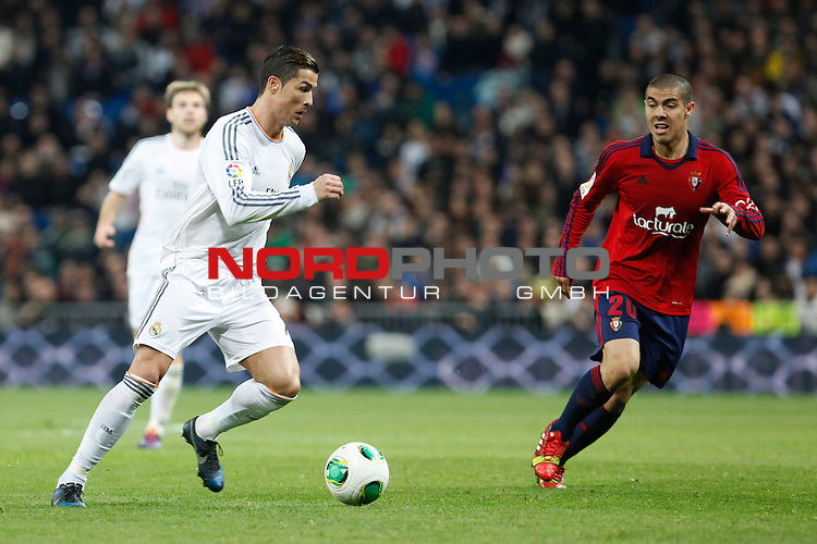 Real Madrid¬¥s Cristiano Ronaldo (L) and Osasuna¬¥s Silva during King¬¥s Cup match in Santiago Bernabeu stadium in Madrid, Spain. January 09, 2014. Foto © nph / Victor Blanco)