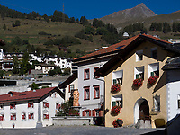 Engadiner Haus und Brunnen am Plaz  in Unterdorf, Scuol, Unterengadin, Graub&uuml;nden, Schweiz, Europa<br /> Engadine house and fountain at Plaz in Scuol Unterdorf,  Scuol Valley, Engadine, Grisons, Switzerland