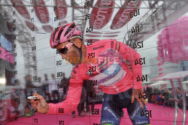 Maglia Rosa leader Svein Tuft (CAN) Orica GreenEdge signs on at the Titanic Quarter before the start of the 2nd stage of the 2014 Giro d'Italia 219km around the Causeway coastline running from Belfast to Belfast.10th May 2014.<br /> Picture: Gian Mattia D'Alberto/LaPresse/www.newsfile.ie