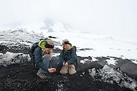 Kind, Kinder wärmen ihre Hände, Hand in der warmen Vulkanerde, Erde, Lava, Lave-Gestein, Ätna, Etna, Lavagestein, Vulkan, karge Vulkanlandschaft, Italien, Sizilien, Mount Etna, volcano