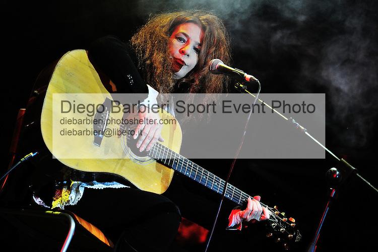 (KIKA) - TORINO, 25/04/2012 - Teresa De Sio si esibisce nel concerto per la commemorazione del 25 Aprile in piazza Castello a Torino, il 25 aprile 2012.