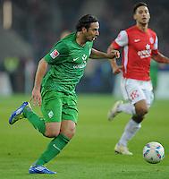 FUSSBALL   1. BUNDESLIGA  SAISON 2011/2012   11. Spieltag   29.10.2011 1.FSV Mainz 05 - SV Werder Bremen Claudio Pizarro (SV Werder Bremen)   am Ball