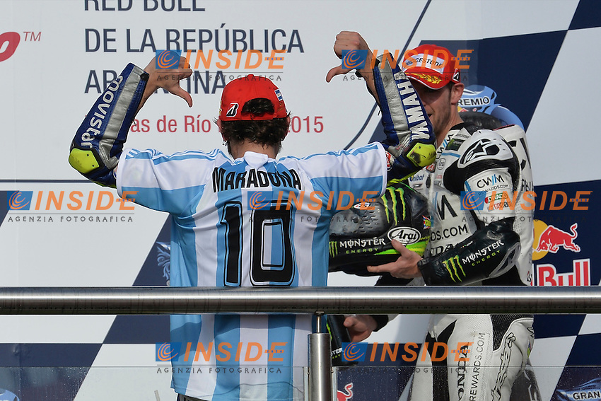 Valentino Rossi Yamaha sul podio indossa la maglia di Maradona <br /> Termas De Rio Hondo (Argentina) 19/04/2015 - gara Moto GP / foto Luca Gambuti/Image Sport/Insidefoto