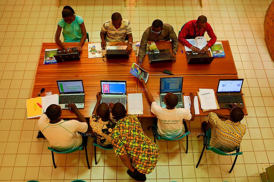 Burkina Faso, Ouagadougou, 18 juin 2012..Un groupe d'etudiants du E-Resource Center travaille sur un projet de recherche autour de l'eau et de l'assainissement...L' Institut International d'Enseignement Superieur et de Recherche (2iE) de Ouagadougou forme des ingenieurs-entrepreneurs dans les domaines de l'Eau, l'Environnement, l'Energie, le Genie Civil, les Mines et les Sciences manageriales. Seule ecole africaine reconnue a l'international, elle travaille selon des partenariats public/prive, pour une insertion efficace...Burkina Faso, Ouagadougou, June 18, 2012..A group of  members students of the E-Resource Center is working on a water purification research project...2iE is an international higher education and training institute based in Ouagadougou which offers training programs for engineers-entrepreneurs in the areas of Water, Environment, Energy, Civil Engineering, Mining Industry and Management Sciences. The institute is the only internationally accredited African school and it is run through public-private partnerships, for a successful integration into the world of work...