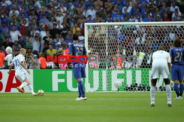 FIFA WM 2006 - Final / Finale<br /> <br /> Play #64 (09-Jul) - Italy vs France.<br /> <br /> Zinedine Zidane (l) from France shots the penalty in for 1-0 during the match of the World Cup in Berlin. Goalkeeper 1 (unseen) from Italy has no chance.<br /> <br /> Foto &copy; nordphoto