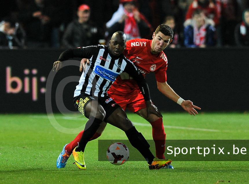 KV Kortrijk - Sporting Charleroi : Michael Heylen probeert Kebano Neeskens af te houden<br /> foto VDB / Bart Vandenbroucke