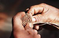 Mãos habilidosas para trabalho produzido por Índios Werekena no alto rio Xié, com fibras de piaçaba(Leopoldínia píassaba Wall). A fibra , um dos principais produtos geradores de renda na região é coletada de forma rudimentar. Até hoje é utilizada na fabricação de cordas para embarcações, chapéus, artesanato e principalmente vassouras, que são vendidas em várias regiões do país.<br />Alto rio Xié, fronteira do Brasil com a Venezuela a cerca de 1.000Km oeste de Manaus.<br />06/06/2002.<br />Foto: Paulo Santos/Interfoto Expedição Werekena do Xié<br /> <br /> Os índios Baré e Werekena (ou Warekena) vivem principalmente ao longo do Rio Xié e alto curso do Rio Negro, para onde grande parte deles migrou compulsoriamente em razão do contato com os não-índios, cuja história foi marcada pela violência e a exploração do trabalho extrativista. Oriundos da família lingüística aruak, hoje falam uma língua franca, o nheengatu, difundida pelos carmelitas no período colonial. Integram a área cultural conhecida como Noroeste Amazônico. (ISA)
