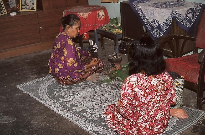 Indonesia, Java island; meditation of the duk&ugrave;n Ibu Mul.<br /> Indonesia, isola di Giava; meditazione della duk&ugrave;n Ibu Mul