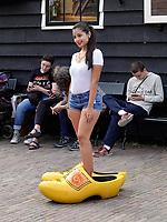 Nederland - Zaanstad - 2019. Toeriste poseert in klompen in Zaanse Schans. Foto Berlinda van Dam / Hollandse Hoogte