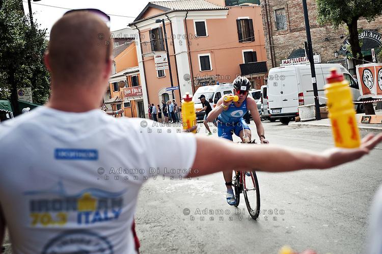PESCARA (PE) 10/06/2012 - IRON MAN ITALY 70.3 ITALY. NELLA FOTO IL PASSAGGIO DEGLI ATLETI AL PUNTO RISTORO SITUATO NEL COMUNE DI PIANELLA (PE). FOTO DI LORETO ADAMO