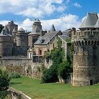 France, Brittany, Département Ille-et-Vilaine, Fougères: Fougères Castle | Frankreich, Bretagne, Département Ille-et-Vilaine, Fougères: Stadt im Osten der Bretagne mit Stadtmauer und Burg
