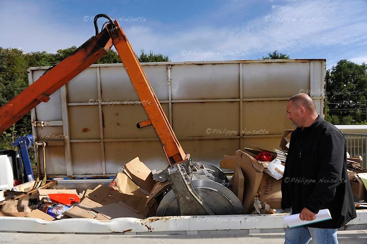 David Fougeron, adjoint à l'exploitation des déchetteries et encadrant de proximité devant le tasseur, ce rouleau métallique de 2 tonnes qui permet de compacter les objets dans les bennes afin de remplir celles-ci au maximum.