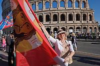 Roma 9 Maggio 2015<br /> La comunit&agrave; russa a Roma a celebrato il 70&deg; anniversario della  vittoria sulla Germania nazista nella guerra del 1941-1945,  al Colosseo. La bandiera del Christos Pantokrator usata in battaglia dalla Milizia Ortodossa, in Donbass. <br /> Rome, May 9, 2015<br /> The Russian community in Rome to celebrate the 70th anniversary of victory over Nazi Germany in the war of 1941-1945, in front of the Colosseum. The flag of Christos Pantokrator used in battle by the Militia Orthodox, in Donbass.