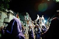 La propuesta arti?stica de La Melaza para este an?o incluyo? una agrupacio?n de vientos y tres personajes en zancos que cerraban la formacio?n de la comparsa. ..La Melaza.  Desfile de Llamadas 2009.  ...The artistic proposal of La Melaza for this year included a group of winds and three characters in stilts that closed the formation of the comparsa.  ..La Melaza.  The Llamadas parade 2009.