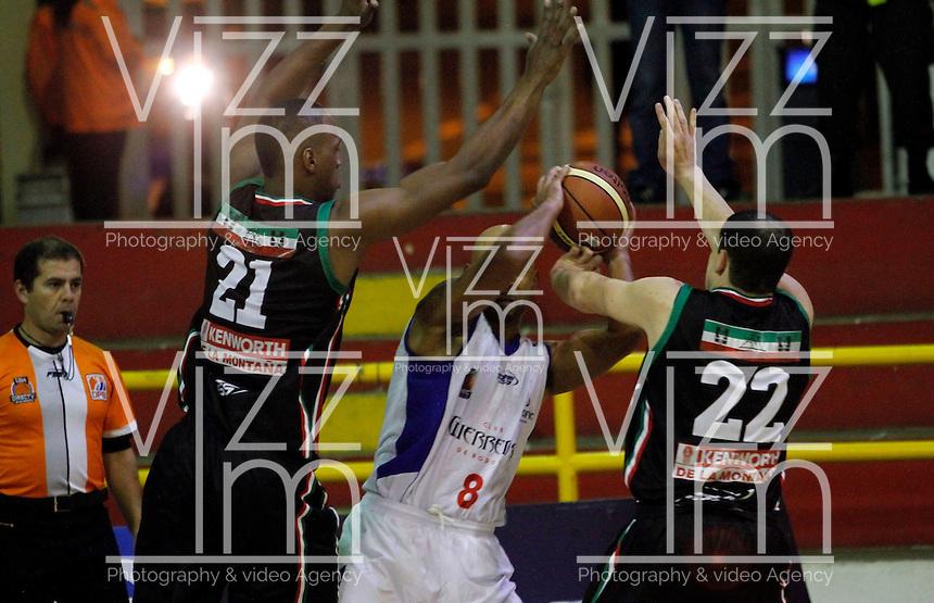 MANIZALES -COLOMBIA, 11-09-2013. Aspecto del partido entre Manizales Once Caldas y Guerreros de Bogota en la fecha 13 Liga DirecTV de Baloncesto 2013-II de Colombia jugado en el coliseo Jorge Arango de la ciudad de Manizales./ Aspect of match between Manizales Once Caldas and Guerreros de Bogota on the 13th date of DirecTV Basketball League 2013-II in Colombia at Jorge Arango coliseum in Manizales. Photo:VizzorImage / Yonboni / STR