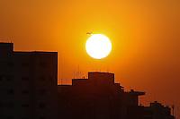 SÃO PAULO,SP, 25.07.2016 - CLIMA-SP - Um avião é visto durante pôr-do-sol a partir do bairro da Bela Vista na região central de São Paulo nesta segunda-feira, 25. (Foto: William Volcov/Brazil Photo Press)