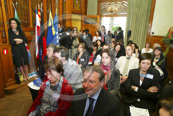 BRUSSELS - BELGIUM - 12 OCTOBER 2005 -- Committee of the Regions Open Days -- Facing the change: Reflections on regional development, economic/technical/social evolutions and citizens expectations -- The audience in the Casa Liguria office.  PHOTO: ERIK LUNTANG / EUP-IMAGES..