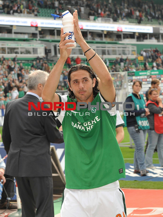 FBL 09/10  07. Spieltag Hinrunde / Weser Stadion<br /> Werder Bremen - Mainz05<br /> <br /> Claudio Pizarro ( Bremen #24 ) bedankt sich nach dem Spiel bei den Fans - ER sorgte fuer seinen Doppelpack fuer den Erfolg der Bremer<br /> <br /> Foto &copy; nph ( nordphoto )