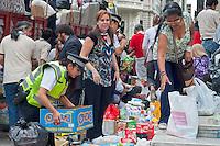 BUENOS AIRES, ARGENTINA, 04 DE ABRIL DE 2013 - ENCHENTE -  Em frente à Catedral Metropolitana, voluntários recolhem ajuda para as vítimas das enchentes que atingiram Buenos Aires e La Plata. Em 2 de abril, chuva forte causou inundações que, a partir de agora, deixou 51 mortos na cidade de La Plata e 8 em Buenos Aires. FOTO: PATRICIO MURPHY / BRAZIL PHOTO PRESS