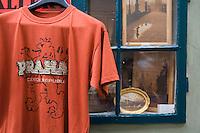 Europe/République Tchèque/Prague:la ruelle d'Or ,ruelle historique du Château de  Prague.A l'origine les gardes du Château logeaient dans ces maisonnettes.Ce sont des orfèvres qui vécurent ici au XVII qui donnèrent leur nom à la rue -Détail boutique de  souvenirs