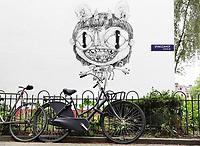 Nederland - Amsterdam - 2020. Duurzame graffiti. Kunstenaar Nouch (Nouchka) heeft op een muur in het Spinozahof een bijzonder kunstwerk gemaakt. Het wit in het kunstwerk is gemaakt met Airlite-verf, dat is verf die de lucht zuivert. Het zwart is gemaakt van roetdeeltjes, air-ink. Eén vierkante meter van deze schildering heeft hetzelfde zuiverende effect als één vierkante meter aangeplant bos. Foto Berlinda van Dam / ANP / Hollandse Hoogte
