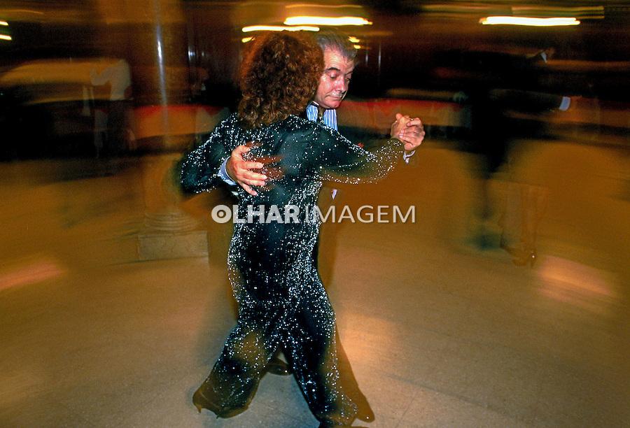 Casal dança tango na Confiteria Ideal em Buenos Aires, Argentina. 1997. Foto de Ricardo Azoury.
