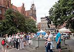 Toruń (województwo kujawsko-pomorskie) 22.07.2016. Ustawiony w Rynku Staromiejskim pomnik grającego na skrzypkach flisaka otoczonego zasłuchanymi żabami, jest jednym z symboli Torunia.