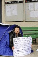 Roma, 14 Marzo 2011.Alessandro Concu e sua moglie si sono piazzati davanti all'entrata del municipio VII, in Via Prenestina, con una tenda e cartelli, per chiedere un alloggio al comune dopo lo sfratto avvenuto il 3 marzo scorso nell'appartamento di via dei Platani durante il quale, si sono verificati momenti di tensione con le forze dell'ordine che effettuavano lo sgombero, e per il quale i due sfrattati hanno passato anche tre giorni in galera. .Rome, 14 March 2011.Concu Alexander and his wife were placed in front of the entrance hall VII, Via Prenestina, with a tent and signs, ask for an accommodation to the municipality after the eviction took place on 3 March in the apartment in Via dei Platani during which , there have been moments of tension with the police who carried out the evacuation, and for which the two evictees have also spent three days in jail.