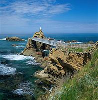 France, Aquitaine (Pays Basque), Biarritz: Rocher De La Vierge (Rock with Virgin Mary Statue) | Frankreich, Aquitanien (Baskenland), Biarritz: Rocher de la Vierge, ein Felsriff in der Naehe des Fischerhafens, das ueber eine Bruecke erreichbar ist