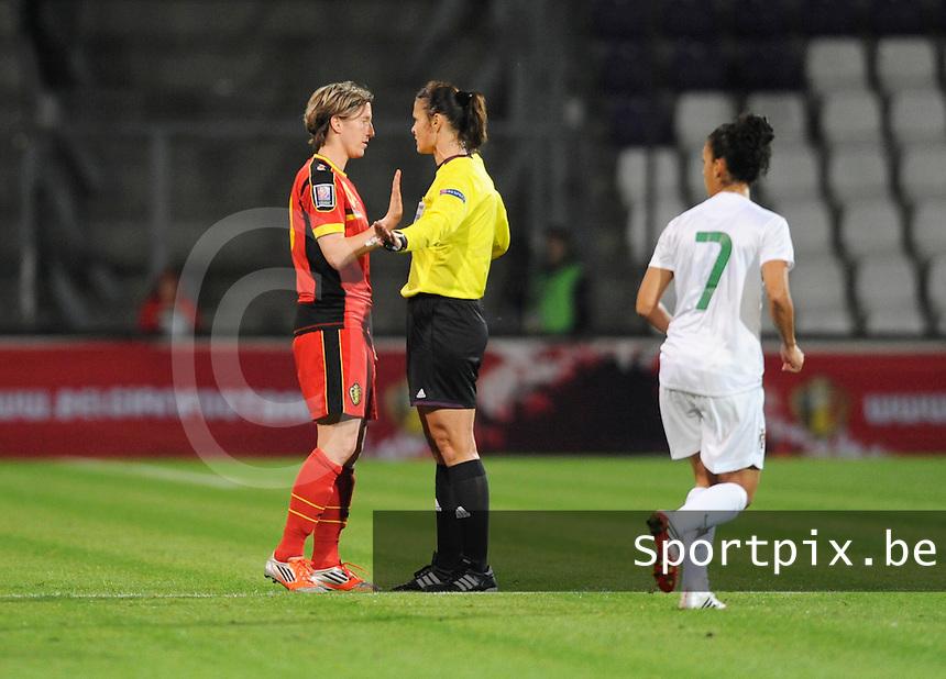 Belgian Red Flames - Portugal (31/10/2013) :<br /> Aline Zeler (L) wordt tot de orde geroepen door de Roemeense referee Floarea Cristina Babadac - Ionescu<br /> foto Dirk Vuylsteke / nikonpro.be