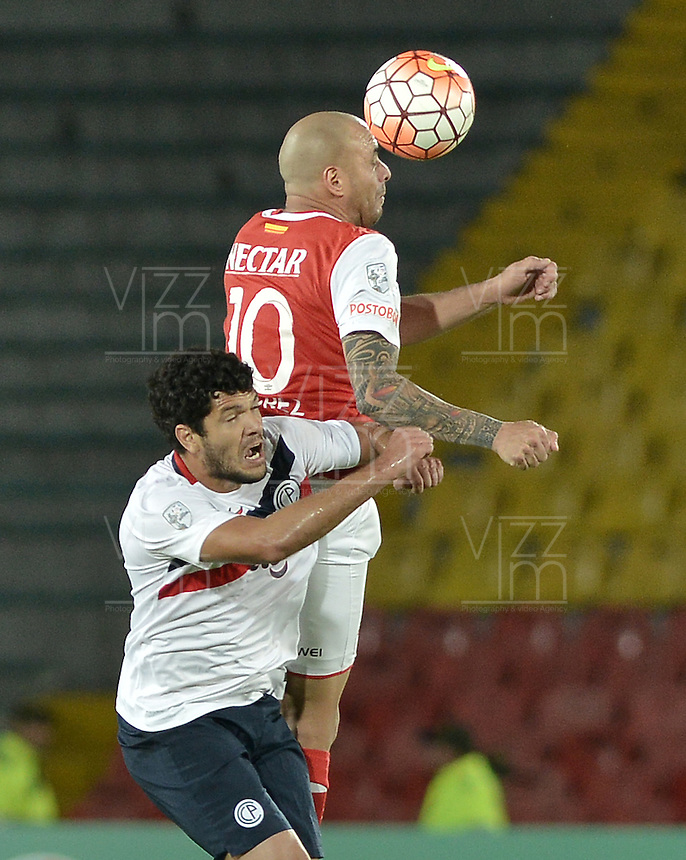 BOGOTÁ-COLOMBIA-16-02-2016: Omar Perez (Der) jugador de Independiente Santa Fe de Colombia disputa el balón con Jorge Ortigoza (Izq) jugador de Cerro Porteño de Paraguay, durante partido de la fecha 1 por la segunda fase, llave G8, de la Copa Bridgestone Libertadores 2016 jugado en el estadio Nemesio Camacho El Campin de la ciudad de Bogotá. / Omar Perez (R) player of Independiente Santa Fe of Colombia fights for the ball with Jorge Ortigoza (L) player of Cerro Porteño of Paraguay during the match of the date 1 for the second phase, G8 key, of the Copa Bridgestone Libertadores 2016 played at Nemesio Camacho El Campin stadium in Bogota city.  Photo: VizzorImage/ Gabriel Aponte /Staff