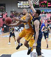 Basketball  1. Bundesliga  2016/2017  Hauptrunde  14. Spieltag  16.12.2016 Walter Tigers Tuebingen - Alba Berlin Davion Berry (Mitte, Tigers) gegen Tony Gaffney (re, Alba)