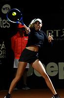 BOGOTÁ-COLOMBIA, 08-04-2019: Amanda Anisimova de Estados Unidos, devuelve la bola a Sabine Lisicki de Alemania, durante partido por el Claro Colsanitas WTA, que se realiza en el Carmel Club en la ciudad de Bogotá. / Amanda Anisimova from United States, returns the ball to Sabine Lisicki from Germany, during a match for the WTA Claro Colsanitas, which takes place at Carmel Club in Bogota city. / Photo: VizzorImage / Luis Ramírez / Staff.