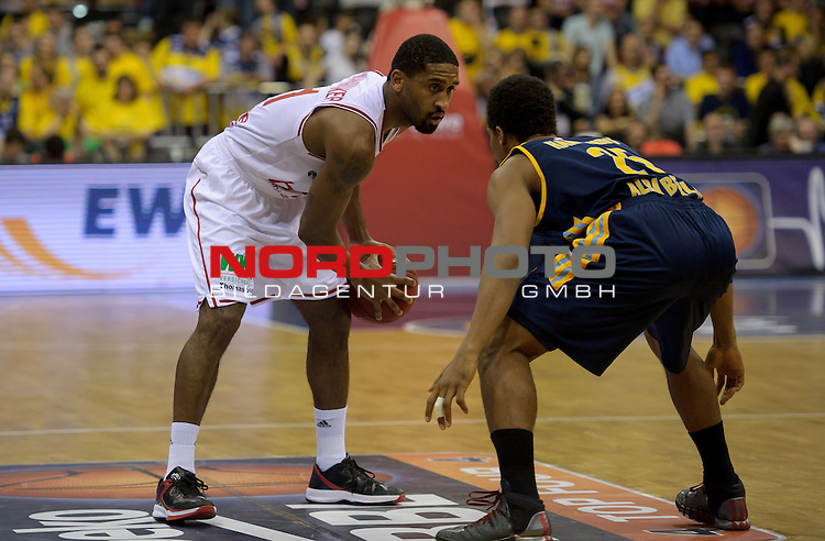 11.04.2015, EWE Arena, Oldenburg, GER, Beko BBL Top Four, Halbfinale, Brose Baskets vs ALBA BERLIN, im Bild Brad Wanamaker (Brose Baskets #11), Clifford Hammonds (Berlin #25)<br /> <br /> Foto &copy; nordphoto / Frisch