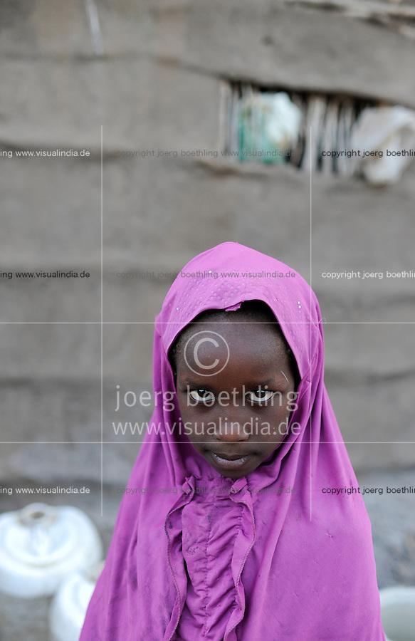 KENIA Fluechtlingslager Kakuma in der Turkana Region , hier werden ca. 80.000 Fluechtlinge vom UNHCR versorgt, Maedchen aus Somalia / KENYA Turkana Region, refugee camp Kakuma, where 80.000 refugees receive shelter and food from UNHCR, girl from Somali