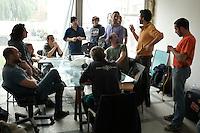 Milano: il collettivo Macao occupa la torre Galfa per farne un centro culturale. Un momento di una riunione per organizzare il lavoro