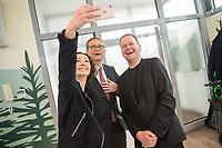 """Pressekonferenz des Regierenden Buergermeisters, Michael Mueller (SPD) und der Buergermeisterin Ramona Pop (Buendnis 90/Die Gruenen) sowie dem Buergermeister Dr. Klaus Lederer (Linkspartei) zum Thema """"Zweieinhalb Jahre Rot-Rot-Gruen"""".<br /> Im Bild Ramona Pop (links) macht nach der Pressekonferenz einen Selfie mit, Michael Mueller (mitte) und Klaus Lederer (rechts).<br /> 5.3.2019, Berlin<br /> Copyright: Christian-Ditsch.de<br /> [Inhaltsveraendernde Manipulation des Fotos nur nach ausdruecklicher Genehmigung des Fotografen. Vereinbarungen ueber Abtretung von Persoenlichkeitsrechten/Model Release der abgebildeten Person/Personen liegen nicht vor. NO MODEL RELEASE! Nur fuer Redaktionelle Zwecke. Don't publish without copyright Christian-Ditsch.de, Veroeffentlichung nur mit Fotografennennung, sowie gegen Honorar, MwSt. und Beleg. Konto: I N G - D i B a, IBAN DE58500105175400192269, BIC INGDDEFFXXX, Kontakt: post@christian-ditsch.de<br /> Bei der Bearbeitung der Dateiinformationen darf die Urheberkennzeichnung in den EXIF- und  IPTC-Daten nicht entfernt werden, diese sind in digitalen Medien nach §95c UrhG rechtlich geschuetzt. Der Urhebervermerk wird gemaess §13 UrhG verlangt.]"""