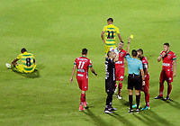 BUCARAMANGA - COLOMBIA, 19-08-2017: Leevan Suarez, árbitro, muestra la tarjeta amarilla a Larry Vasquez de Patriotas durante el encuentro entre Atlético Bucaramanga y Patriotas FC  por la fecha 9 de la Liga Águila II 2017 jugado en el estadio Alfonso López de la ciudad de Bucaramanga. / Leevan Suarez, referee, shows the yellow card to Larry Vasquez of Patriotas during a match between Atletico Bucaramanga and Patriotas FC  for the date 9 of the Aguila League II 2017 played at Alfonso Lopez stadium in Bucaramanga city. Photo: VizzorImage / Oscar Martínez / Cont